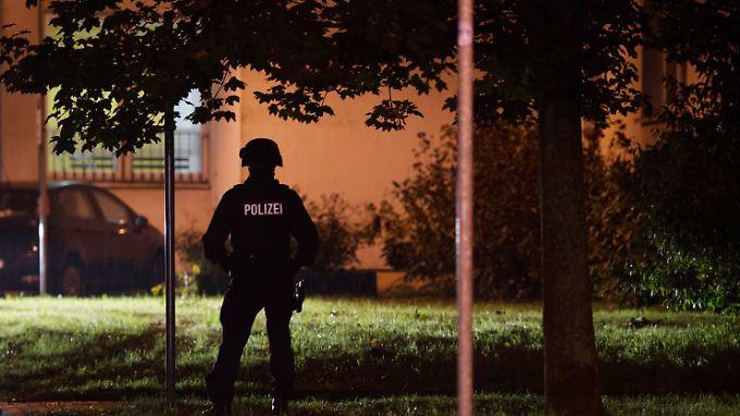 Islamistische Terrorzelle in Sachsen? Mit einer gezielten Sprengung macht der Kampfmittelräumdienst das aufgefundene Material unschädlich.