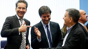 Euro-Gruppenchef Dijsselbloem (l.) mit dem griechischen Finanzminister Euclid Tsakalotos (r.) sowie dessen Stellvertreter Chouliarakis (m.) in Brüssel.