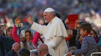 Spazierfahrt im Papamobil: Junge aus Neuss cruist mit dem Papst