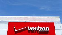 Schwergewicht im US-Mobilfunktmarkt: Das Logo von Verizon, hier an einem Einkaufszentrum in San Diego im US-Bundesstaat Kalifornien.