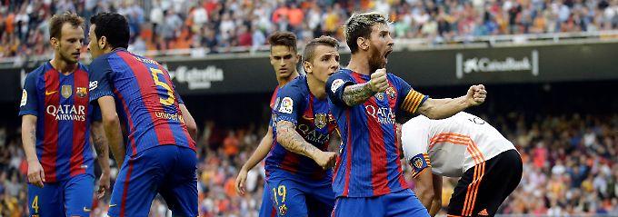 Messi jubelt, während sich Neymar und Suárez voller Schmerzen am Boden winden.