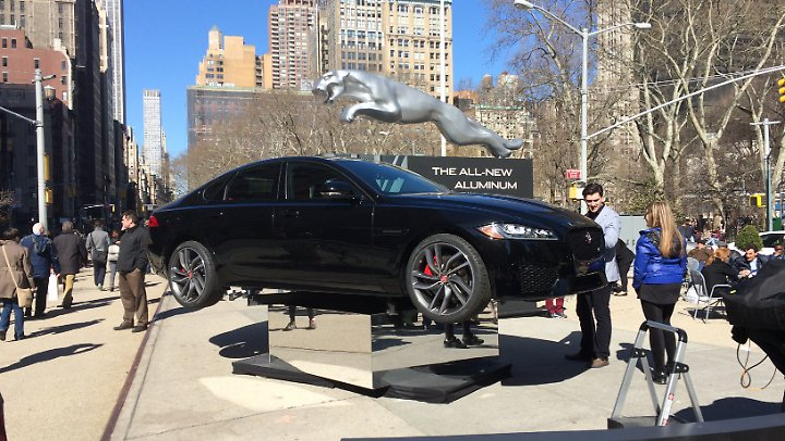 Jaguar präsentierte den XF auf dem Union Square in New York zur Automesse 2015.