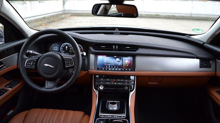 Der Innenraum des Jaguar XF hat etwas sehr Individuelles. Das fängt bei dem sich versenkenden Drehregler für die Gangwahl an und hört mit sich öffnenden und schließenden Lüftungsdüsen auf.