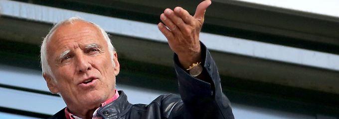 Zerstört er den modernen Fußball oder denkt er ihn nur konsequent zu Ende? Red-Bull-Millionär Dietrich Mateschitz.