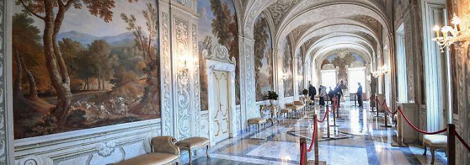 Castel Gandolfo offen für Besucher: Touristen blicken ins Papst-Schlafzimmer