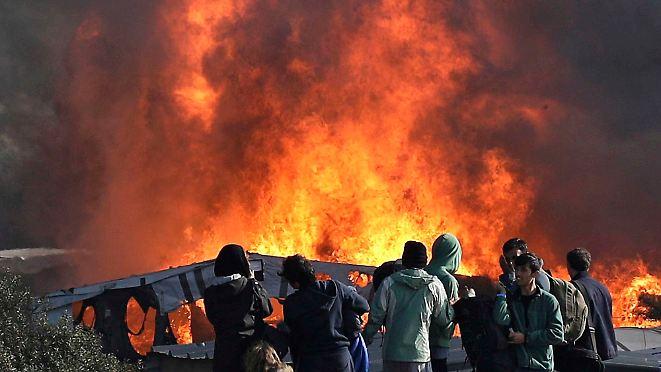 """Erste Flüchtlinge kehren zurück: Räumung des Camps in Calais endet in """"echtem Inferno"""""""