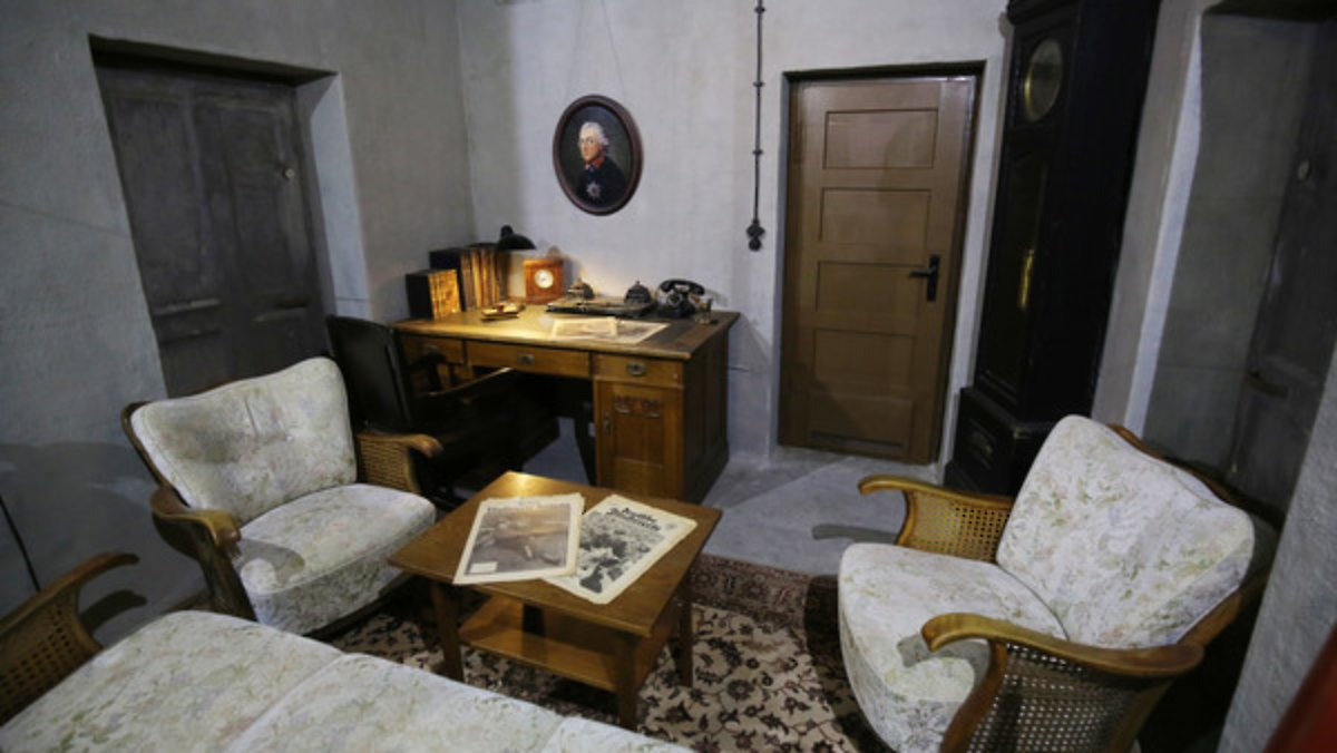 das letzte zimmer im bunker museum zeigt hitlers. Black Bedroom Furniture Sets. Home Design Ideas