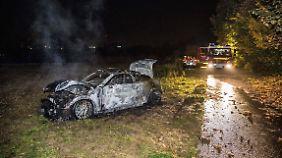 An einem Feldweg finden Feuerwehr und Polizei das brennende Auto des Paares.