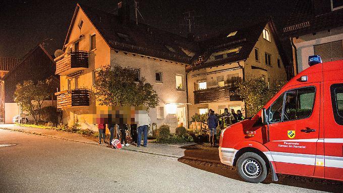 Vor dem Haus des Ehepaares in Berglen-Lehnenberg versammelten sich am Abend schockierte Nachbarn.