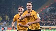 Dresdens Stefan Kutschke (r.) jubelt nach seinem Treffer zum 2:2 mit Florian Ballas.