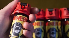Vermeintliche Sicherheit: Pfeffersprays dürfen nur in besonderen Situationen eingesetzt werden. Foto: Boris Roessler (Archiv)