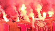 Feuerwerk im Gästeblock: Hannovers Fans zu Gast in Braunschweig.