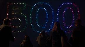 Leuchtender Weltrekord: 500 Drohnen schwirren am Hamburger Nachthimmel