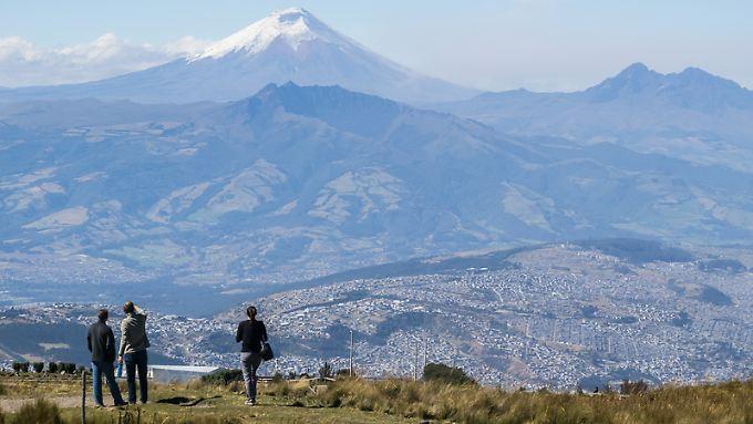 Ausblick auf Vulkane: Wer mit der Teleferiquo hinauf zum Rucu Pichincha gefahren ist, hat einen großartigen Blick auf den Cotopaxi.