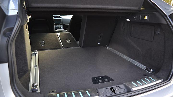 650 Liter Stauraum bietet das Gepäckabteil des F-Pace bei aufgerichteter Rückenlehne.