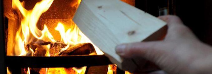 Befeuerung eines Holzofens