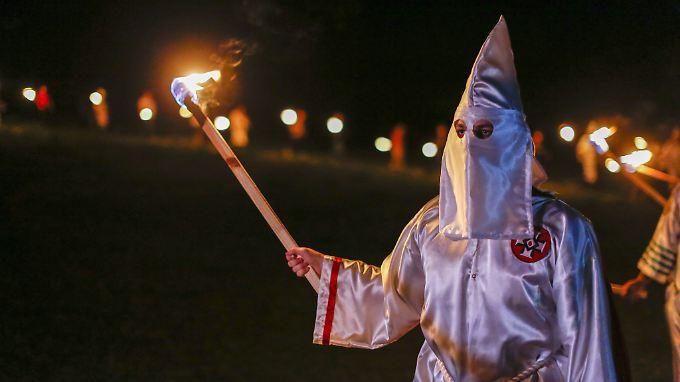 Mitglieder des Ku Klux Klan verbrennen bei einem Treffen im April im US-Bundesstaat Georgia ein Hakenkreuz.