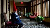 Einer von ihnen ist der 80 Jahre alte Fred Osther, der sich auf den weiten Weg von Oslo in Norwegen bis nach Michigan gemacht hat, um seinem Santa-Charakter den letzten Schliff zu geben.