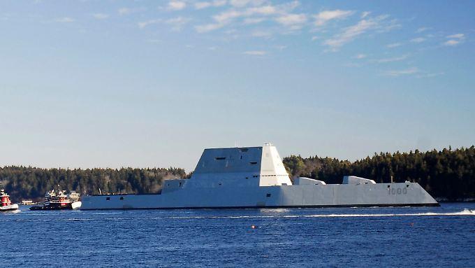 """US-Zerstörer der neuesten Generation: Die """"USS Zumwalt"""" gerät bei ihrer Fahrt in den neuen Heimathafen in Schwierigkeiten."""