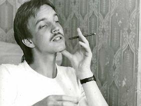 Der junge Dietmar Bartsch gönnt sich ein Zigarillo.