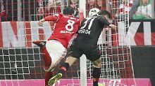 Völler schimpft, Schmidt bleibt cool: Martinez' Hand sichert Bayerns Zittersieg