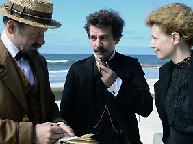 Marie Curie (Karoline Gruszka) mit Albert Einstein (Piotr Głowacki, Mitte) und dem Publizisten Gustave Téry (Samuel Finzi)
