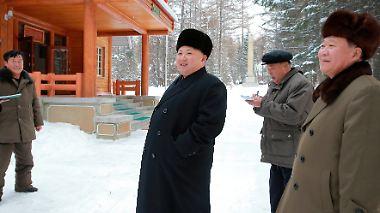 Hier drängt sich ein Nachahmer rechts ins Bild. Doch Kim hat schon die nächste Stufe gezündet und schmunzelt verschmitzt in schwarz.