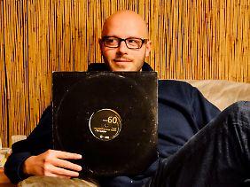 """Jan-Michael Kühn ist in Berlin aufgewachsen, hat selbst jahrelang in Clubs aufgelegt und nebenher Soziologie studiert. Bereits 2010 beschäftigte er sich in seiner Diplomarbeit mit elektronischer Tanzmusik. 2016 verfasste er die Dissertation mit dem Titel """"Die Wirtschaft der Techno-Szene: Arbeiten in einer subkulturellen Ökonomie""""."""