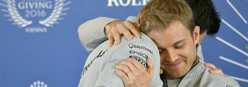 Er beendet mit nur 31 Jahren seine Karriere in der Formel 1. Rosberg ist bei der Verkündung sichtlich bewegt. Er verlässt die Bühne als amtierender Weltmeister. (jgu/sgu)