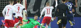 Blitz-Schwalbe, Eigentor, Power: Leipzig schlägt Schalke und bleibt Erster