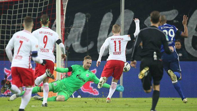 Nach 19 Sekunden sank Timo Werner zu Boden, obwohl ihn Schalke-Keeper Ralf Fährmann gar nicht berührte. Schiedsrichter Dankert belohnte die Schwalbe trotz guter Sicht auf die Szene mit einem Strafstoß, den Werner verwandelte.