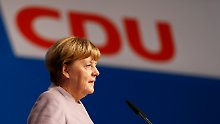 Merkel testet vor dem CDU-Parteitag in Essen schon mal das Mikrofon.