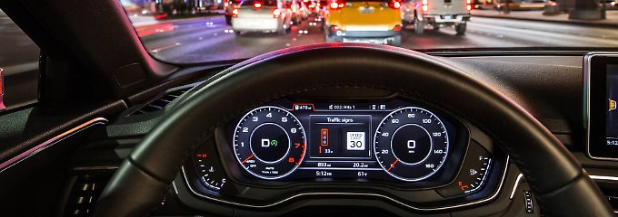 Im Zentraldisplay seines Wagens seiht der Fahrer in wieviel Sekunden die Ampel von Rot auf Grün springt.