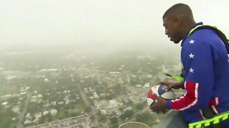 Kaum zu glauben, aber wahr: Basketball-Künstler landet Treffer aus 178 Metern Höhe