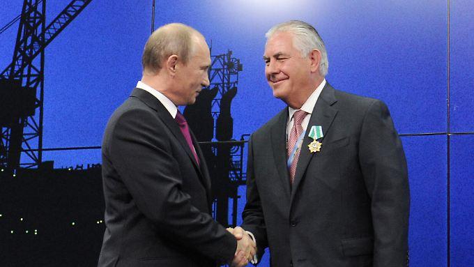"""Russlands Präsident Wladimir Putin zeichnet Rex Tillerson mit dem """"Orden der Freundschaft"""" aus."""