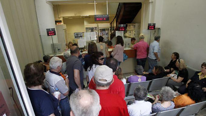 Immer wieder müssen Patienten lange in den Notaufnahmen warten.