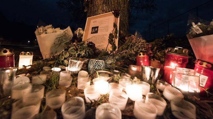 Am Tatort in Freiburg erinnern nach wie vor Blumen und Grablichter an die ermordete Studentin.