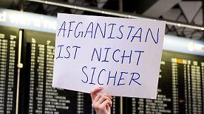Abgelehnte Asylbewerber zurück in Heimat: Sammelabschiebung nach Afghanistan stößt auf heftige Kritik