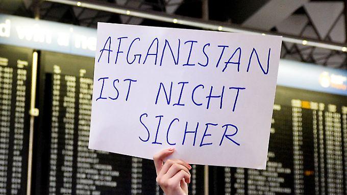 34 abgelehnte Asylbewerber zurück in Heimat: Sammelabschiebung nach Afghanistan stößt auf heftige Kritik
