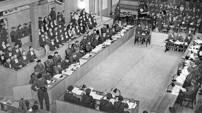 Blick in den Gerichtssaal in Lüneburg während der Verhandlung gegen den ehemaligen Lagerleiter von Bergen-Belsen Josef Kramer (links auf der Anklagebank) und die Wachmannschaft.