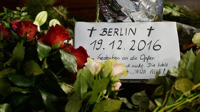 Mit Blumen, Kerzen und Karten gedenken die Menschen der Opfer des Anschlags.