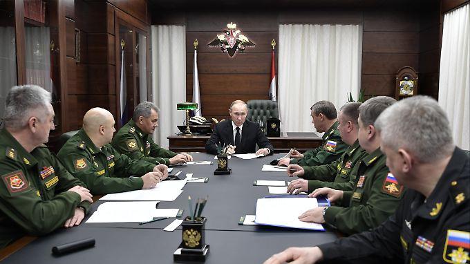 Putin im Kreise seiner Militärs.