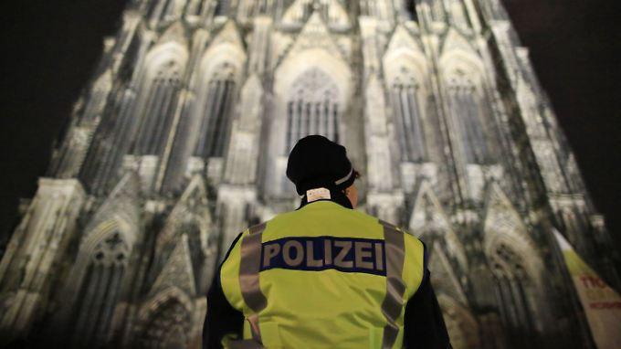 Polizisten sicherten die Christmette im Kölner Dom.