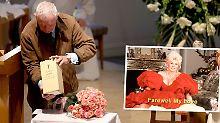 Prinz Frederic von Anhalt positioniert die Asche seiner Frau Zsa Zsa Gabor während der Trauerfeier in Beverly Hills.