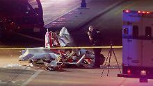 Die Polizei untersucht eines der Flugzeuge, das auf eine Straße stürzte.