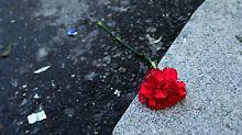 """Mit Blumen vor dem Club """"Reina"""" wird an die Opfer des Anschlags erinnert."""