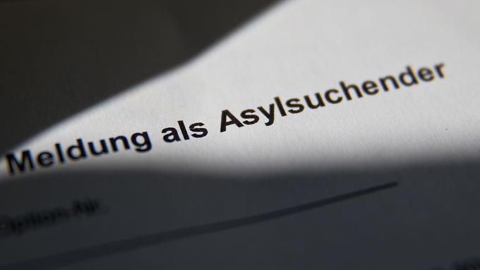 Die Verdächtigen sollen sich mehrfach als Asylbewerber registriert haben.
