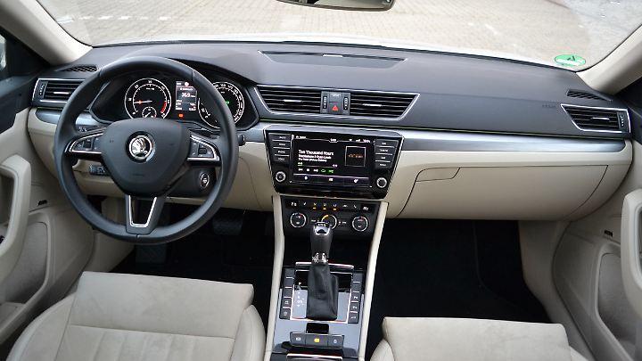 Für den Fahrer werfen sich keine Fragen auf. VW-typisch ist auch im Superb alles an seinem Platz.