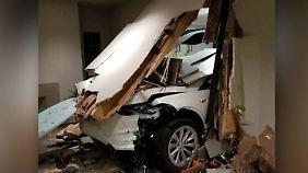 Autopilot soll schuld sein: Tesla kracht durch Garagenwand