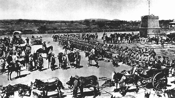 Vor dem Abmarsch in den Kampf gegen die aufständischen Hereros in Deutsch-Südwestafrika wird die 2. Marine-Feldkompanie im Jahr 1904 eingesegnet. In der Schlacht am Waterberg und während der darauf folgenden Vertreibung starben zwei Drittel des Herero-Volkes.